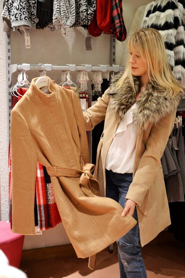 Orsay: Beżowy płaszcz ze stójką 279,99 zł Beżowy płaszcz z futrzanym kołnierzem 299,99 zł
