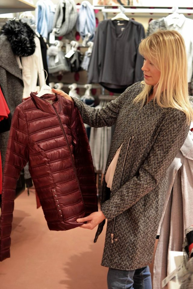 Orsay: Bordowa kurtka 199,99 zł Płaszcz w pepitkę 239,99 zł