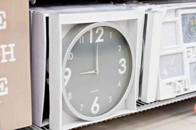 szaro-biały minimalistyczny zegar Pepco, 19,99 zł