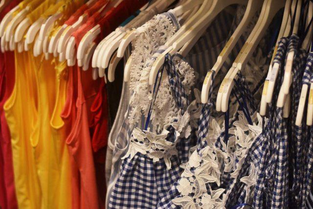 modne ubrania na wyprzedazach