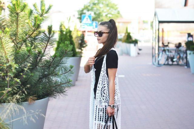 modna stylizacja na lato dla kobiety w klasycznych kolorach
