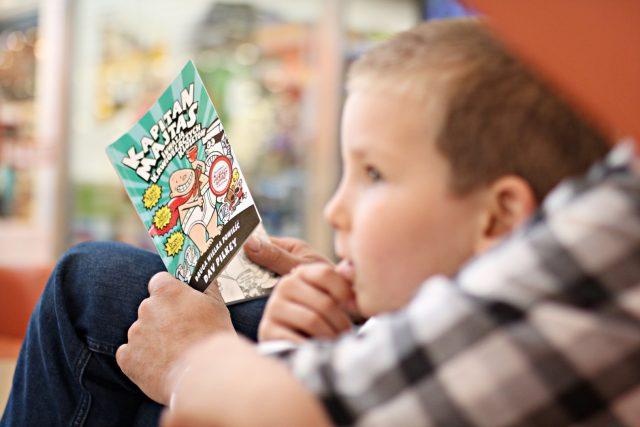 tata czyta dziecku ksiazke