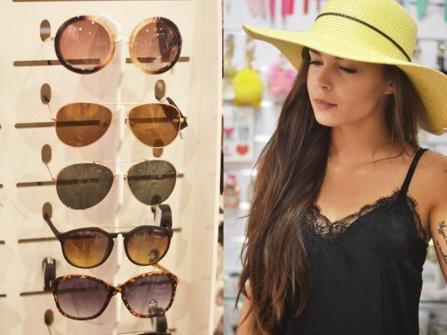 modne dodatki okulary i kapelusz