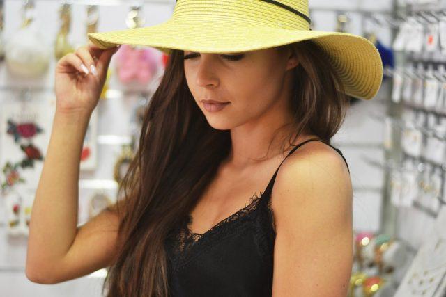 modny kapelusz na lato na wakacje