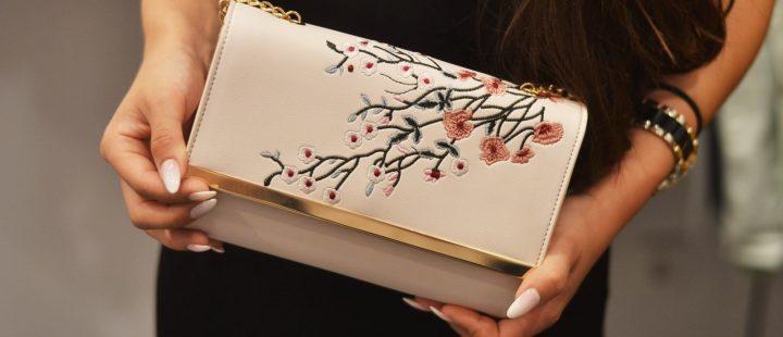 kopertowka z motywem kwiatowym modny dodatek do stylizacji