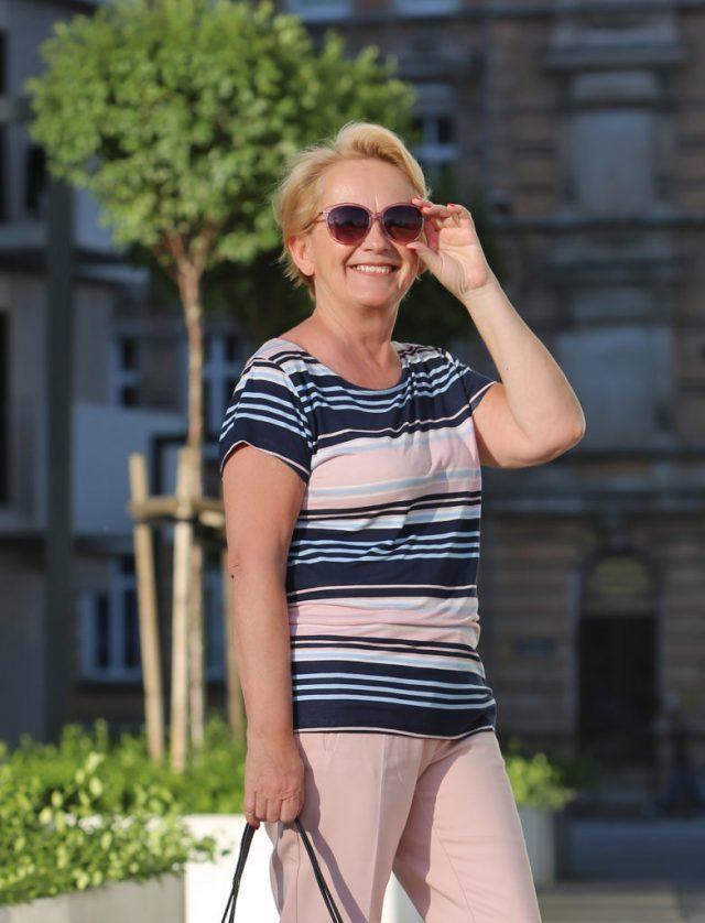 stylizacja na podroz bluzka w paski i okulary