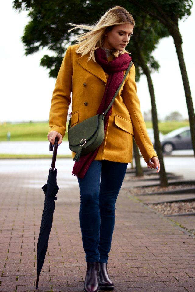stylizacja na jesień kalosze płaszcz przeciwdeszczowy parasol