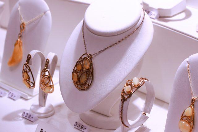 Biżuteria złota z bursztynami Apart