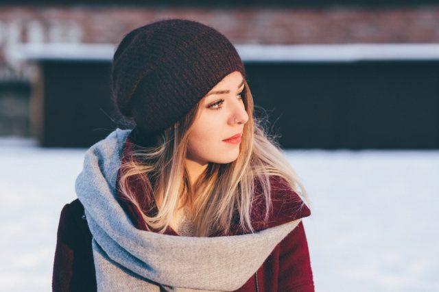 jak dbać o włosy zimą noszenie czapki