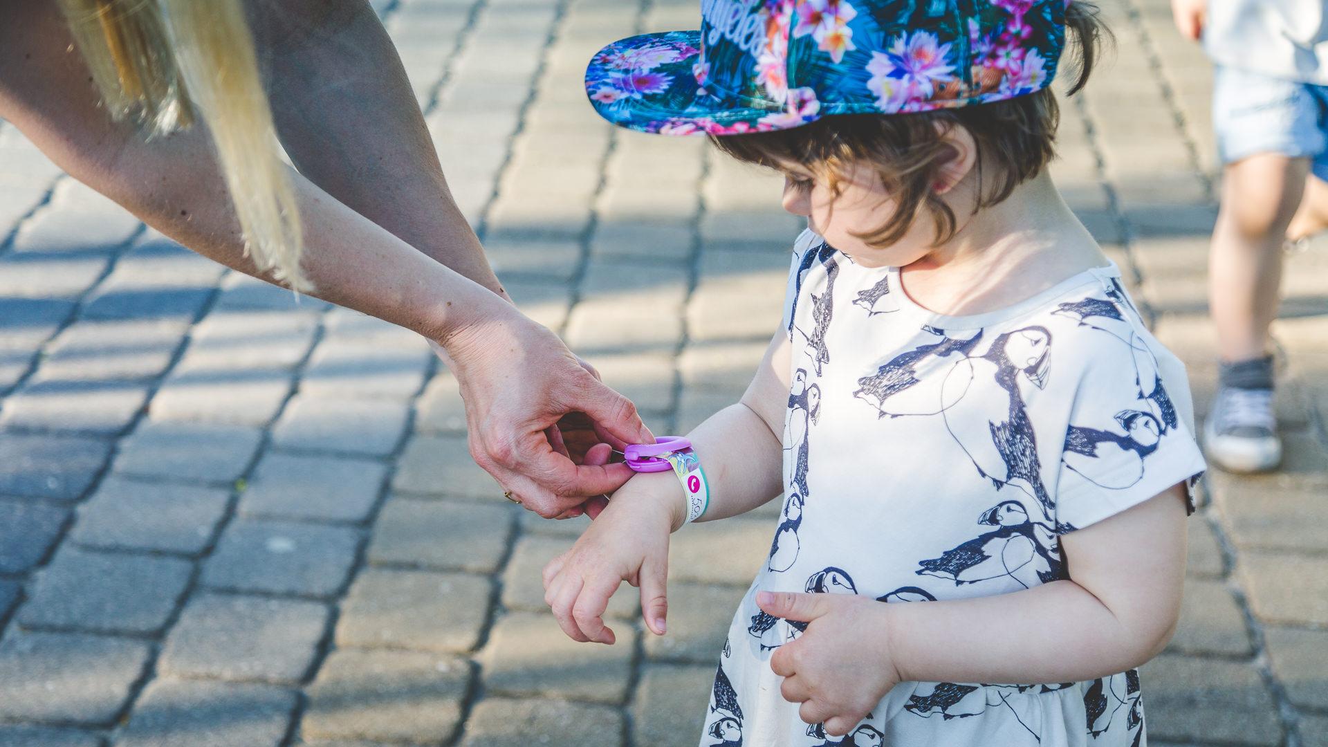Opaska niezgubka, czyli lokalizator dla dziecka na wakacje