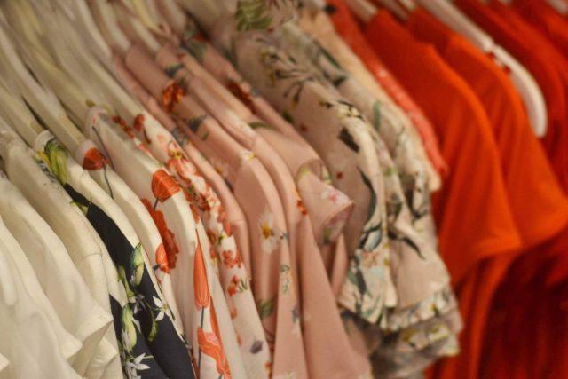 sukienka w kwiaty czy sukienka w groszki
