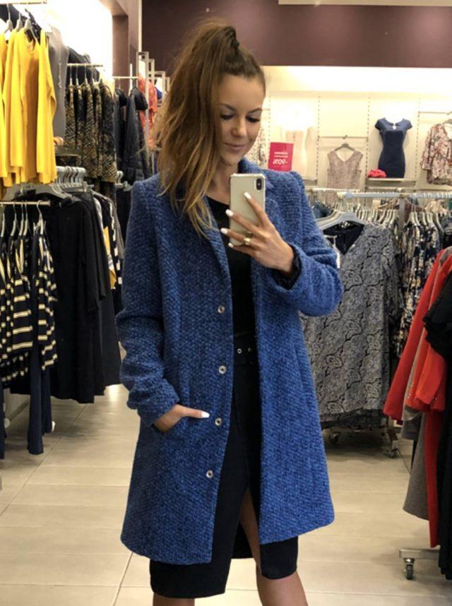niiebieski płaszcz czy kurtka jesienna damska