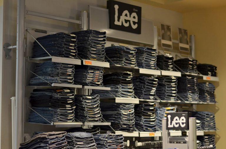 Najmodniejsze spodnie jeansowe tego sezonu. Znajdź coś dla siebie!