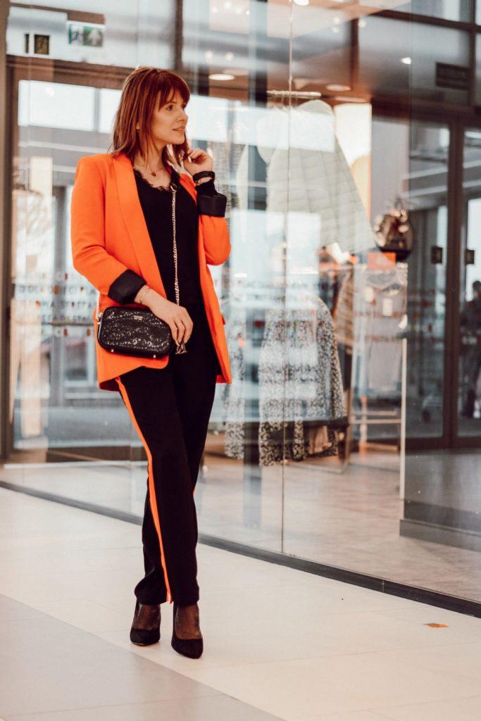 zimowe stylizacje: pomarańczowa marynarka i spodnie z lampasem