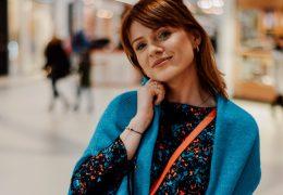 zimowe stylizacje: sukienka i gruby sweter