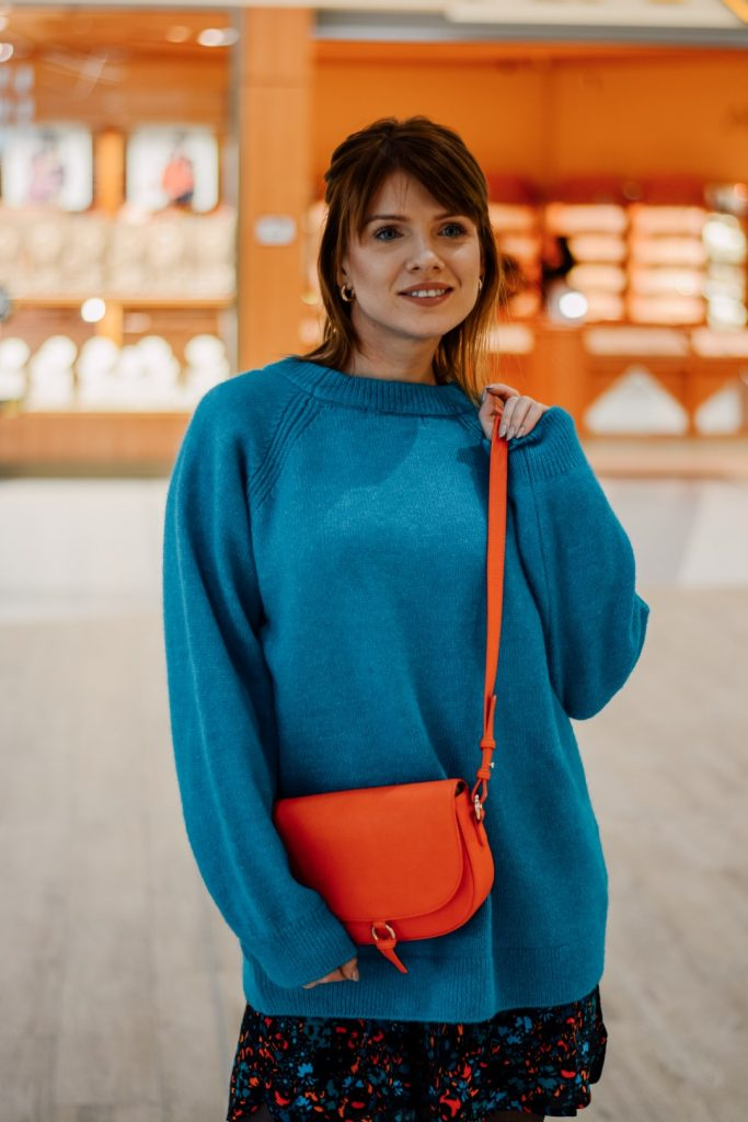 niebieski sweter i sukienka