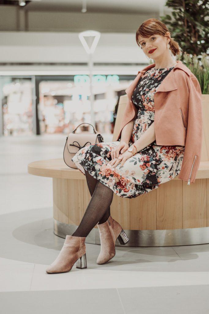 zimowe stylizacje: sukienka w kwiaty
