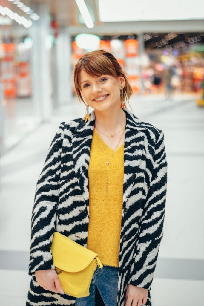 zimowe stylizacje: płaszcz w zebrę i żółty sweter