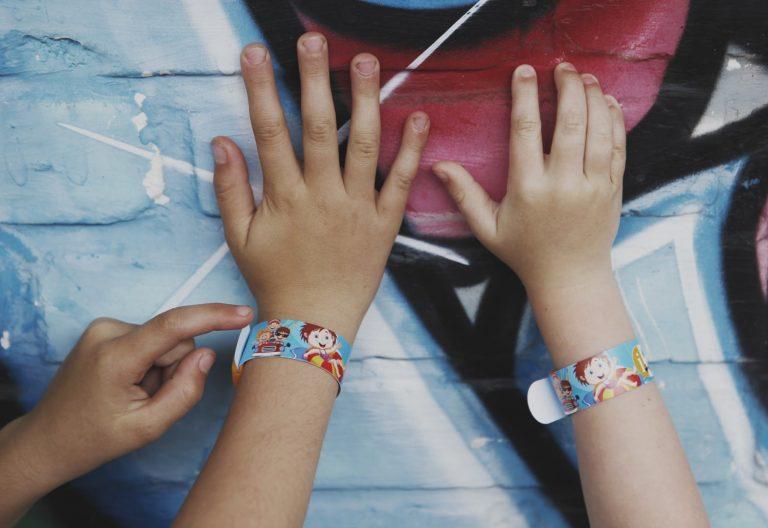Opaska na rękę dla dziecka – opaska niezgubka dla bezpieczeństwa