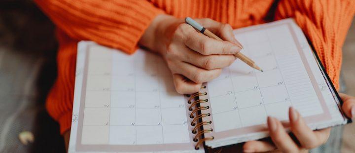 kobieta z plannerem, produktywność w pracy jak zwiększyć