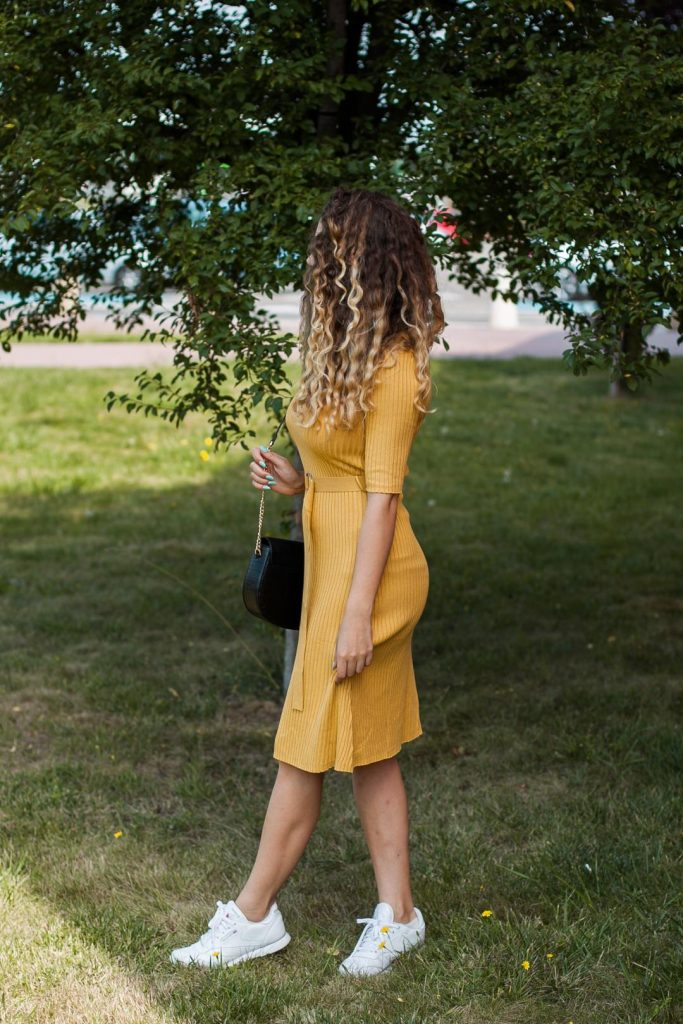 musztardowa sukienka na jesień