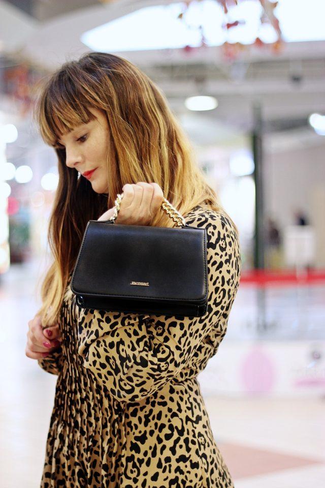 sukienka w panterkę i czarna torebka