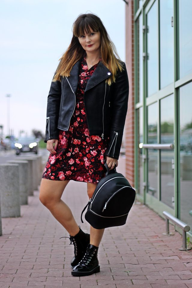 sukienka w kwiaty na jesień stylizacja