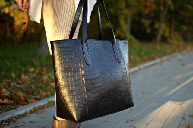 czarna torebka shopperka
