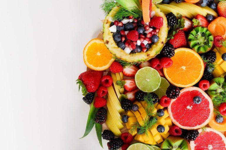 Przepisy na szybkie desery z owocami sezonowymi