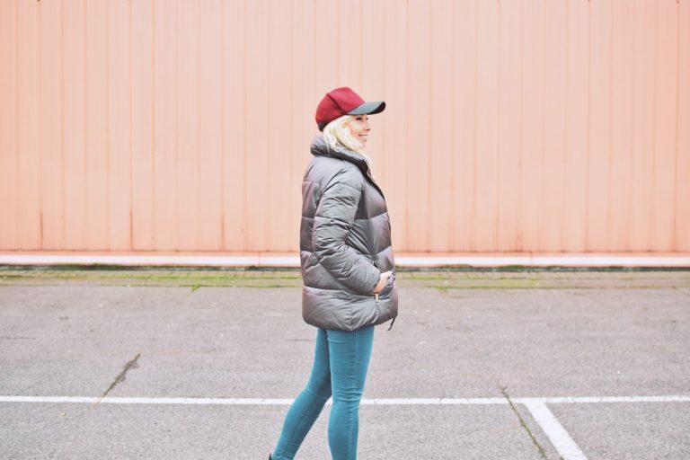 Modne stylizacje jesienne – płaszcze, kurtki i kapelusze.
