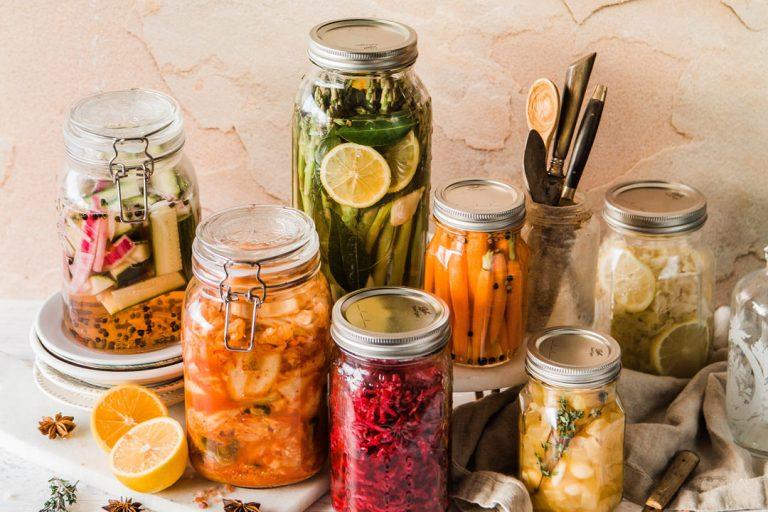 Domowe kiszonki – przepisy na kiszone ogórki i inne warzywa