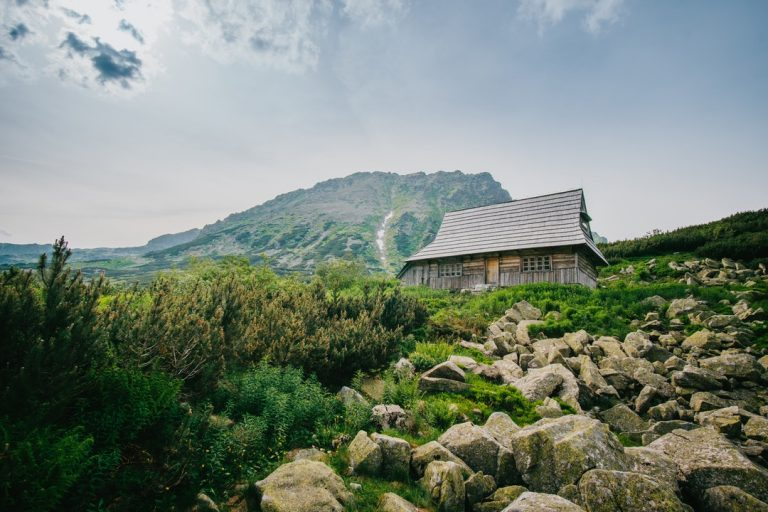 Gdzie pojechać i co zabrać na weekend w górach jesienią?