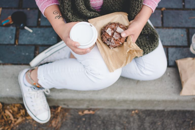 Jak dbać o białe buty i wyczyścić trudne plamy na białych ubraniach?