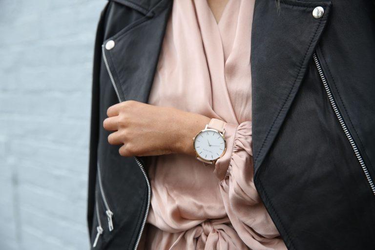 Jak dobrać zegarek damski? Najmodniejsze stylizacje