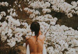 naga kobieta wśród kwiatów