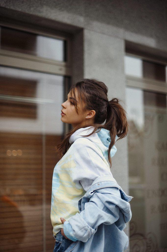 dziewczyna w bluzie