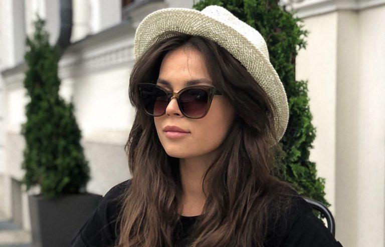 Modne okulary przeciwsłoneczne i kapelusze na lato – stylizacje